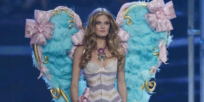 Le top Constance Jabonski, en corset, au défilé Victoria's Secret en 2012.