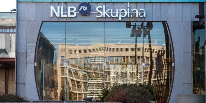 Fitch a dégradé cinq banques slovènes, dont les deux plus importantes Nova Ljublanska Banka (NLB) et Nova Kreditna Banka Maribor (NKBM), et assorti leur note d'une perspective négative.
