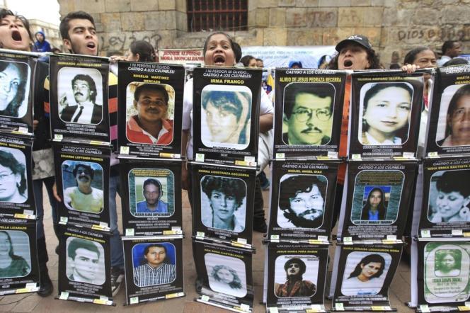 Manifestation pour la paix, nommée pour l'occasion Marche patriotique, à Bogota, mardi 9 avril 2013, pour soutenir les efforts de négociations entre le président Juan Manuel Santos et les Forces armées révolutionnaires de Colombie.