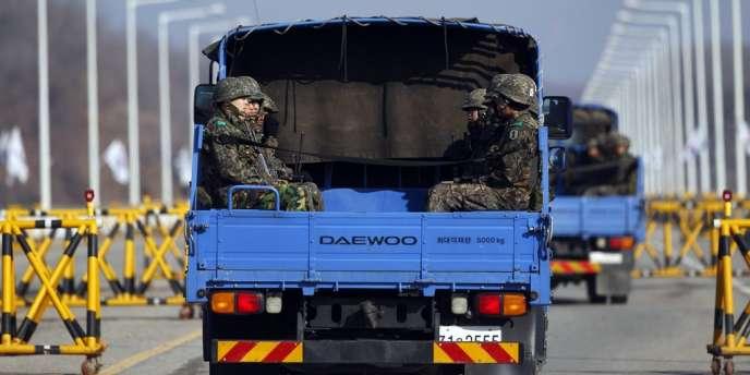Un camion transporte des soldats sud-coréens, le 10 avril.