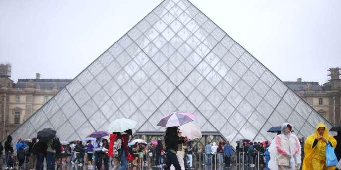 Les agents d'accueil du musée protestent contre des pickpockets