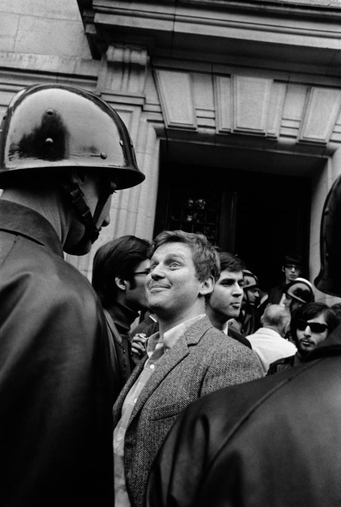 La photo la plus célèbre de Gilles Caron: Daniel Cohn-Bendit face à un CRS, devant la Sorbonne. Paris,mai 1968.