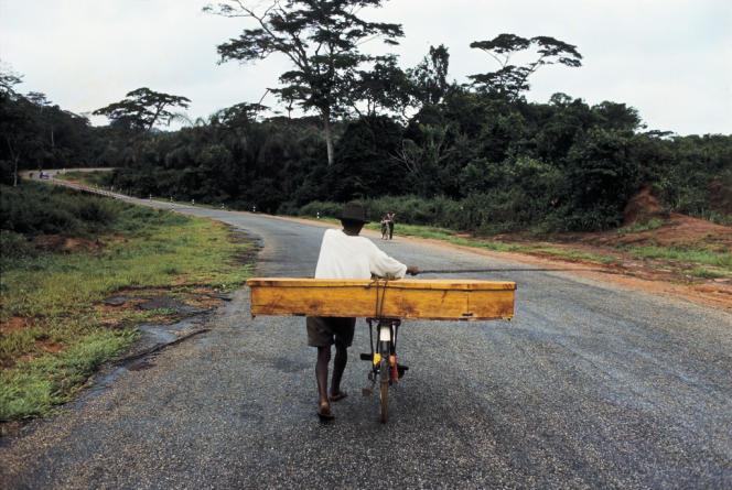 Transport d'une victime de la famine due à la guerre civile au Biafra. Nigeria, juillet 1968.