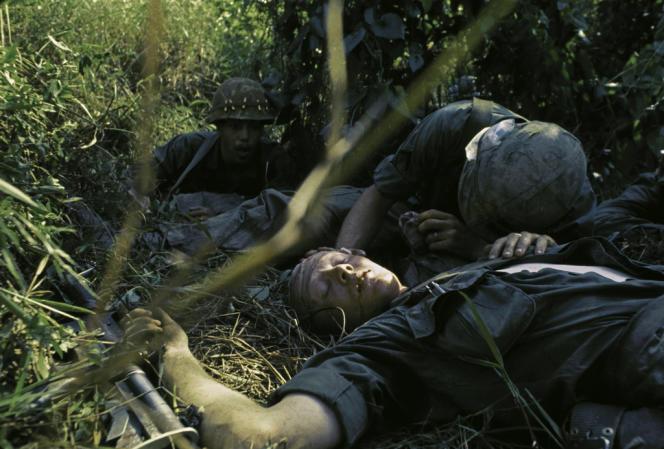 Un soldat américain blessé dans le delta du Mékong, lors de la bataille de Dak To. Vietnam, décembre 1967.