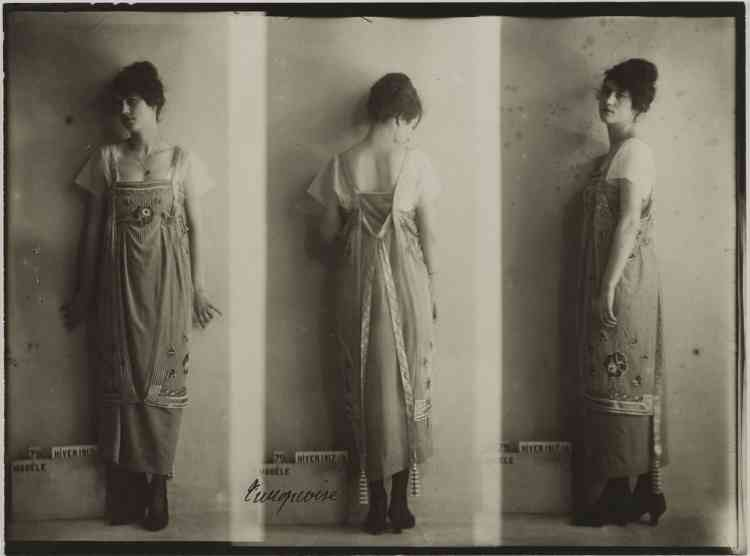 """Paquin, Modèle n°79 """"Turquoise"""" Hiver 1917-1918. Photographie anonyme. Galliera, musée de la Mode de la Ville de Paris."""