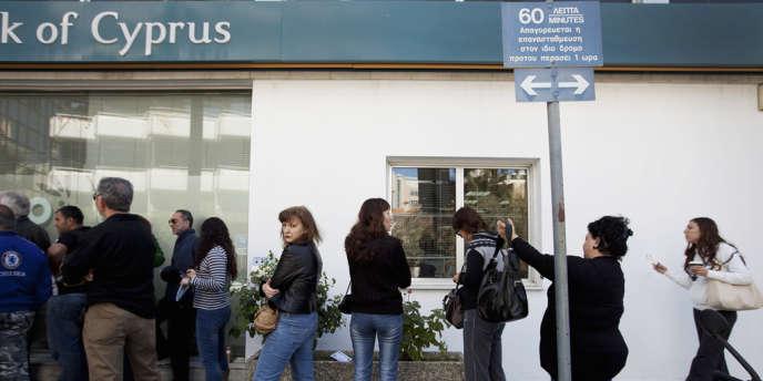 Les clients se sont précipités à la réouverture des banques chypriotes, le 27 mars.