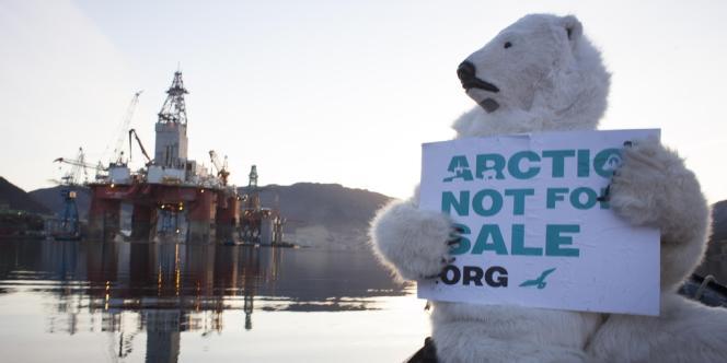 Des militants de Greenpeace protestent contre l'envoi de la plaetforme de forage West Hercules dans la mer de Barents, en Norvège, le 10 avril.