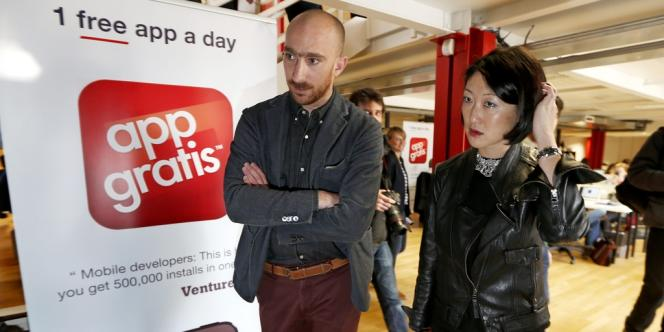 Le fondateur d'AppGratis, Simon Dawlat, et la ministre de l'économie numérique Fleur Pellerin dans les locaux de l'entreprise, jeudi 11 avril.