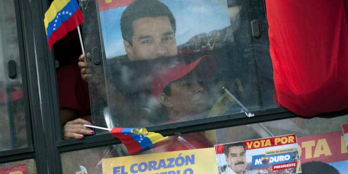 Des partisans de Nicolas Maduro, le candidat du Parti socialiste unifié du Venezuela, à Caracas, le 10 avril 2013.