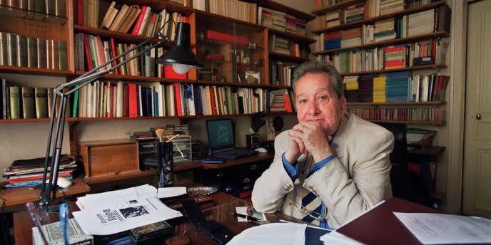 Le sociologue français Raymond Boudon, ici dans son bureau parisien en 2001, est mort mercredi 10 avril.