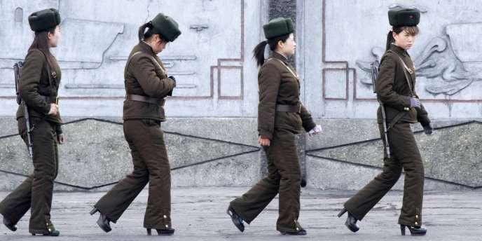 Des membres de l'armée nord-coréenne patrouillent sur les quais de la rivière Yalu, qui séparent la Chine de la Corée du Nord, près de la ville de Sinuiju, le 11avril2013.