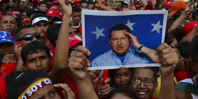 Un portrait d'Hugo Chavez est brandi lors d'une manifestation de soutien au candidat chaviste, Nicolas Maduro, jeudi 11 avril, à Caracas.