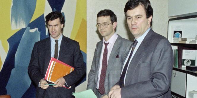 Une délégation d'internes et de chefs de clinique est reçue le 15 janier 1990 par le ministre de la santé Claude Evin (à droite) et un de ses collaborateurs de cabinet Jérôme Cahuzac (à gauche), à Paris.
