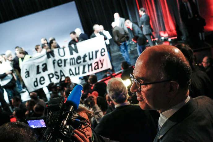 Le ministre de l'économie Pierre Moscovici a été apostrophé par des salariés de PSA qui se sont invités au conseil national du PS, samedi matin.
