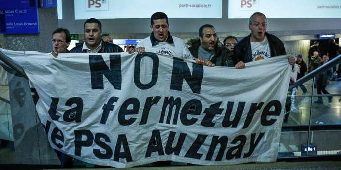 Des salariés de l'usine PSA d'Aulnay se sont invités à la tribune lors du congrès national du PS, le 13 avril à Paris.