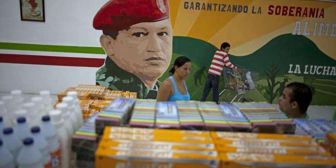 Dans un supermarché de Maracay, en avril, une fresque représentant Hugo Chavez sur laquelle on peut lire : «Assurer la souveraineté alimentaire. La lutte. »
