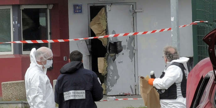 Redoine Faïd aurait vu son épouse au parloir samedi matin. Selon une source syndicale, celle-ci lui aurait fourni les explosifs destinés à l'évasion, cachés dans des petits mouchoirs.