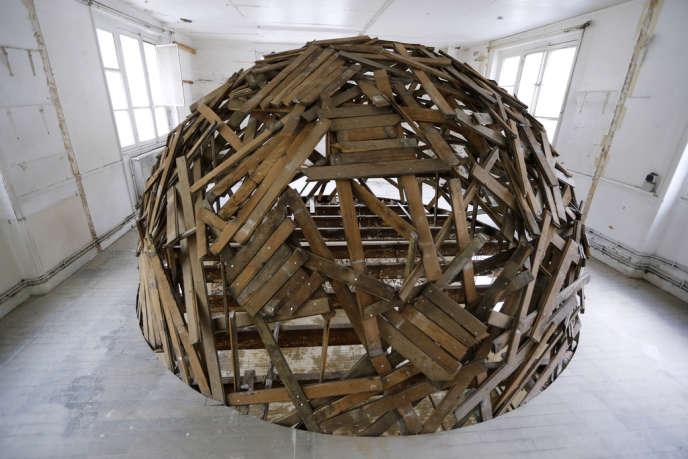 Une oeuvre créée dans le bâtiment des Bains Douches par Sambre, élaborée avec du bois récupéré sur place. Avant sa mue en hôtel, la légendaire boîte de nuit parisienne, accueille en résidence des artistes urbains jusqu'au 30 avril.