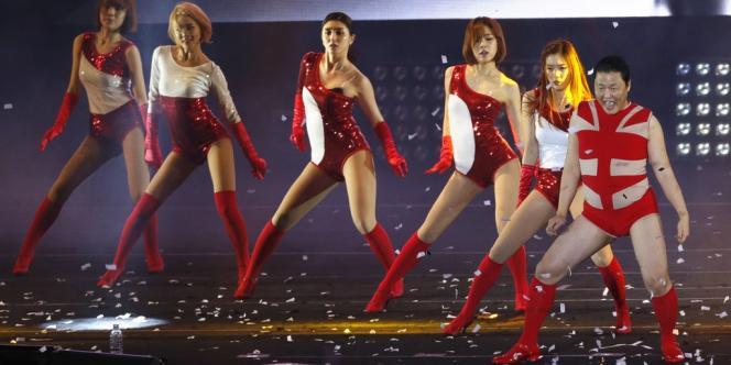 PSY déguisé en Beyoncé pendant son concert à Séoul, le 14 avril.