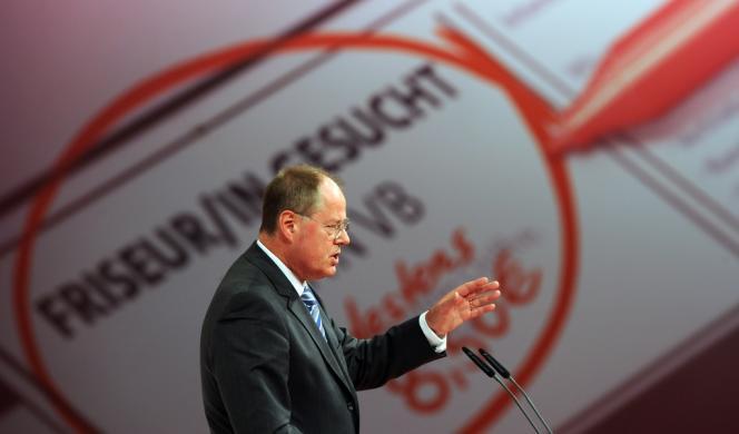 Le candidat social-démocrate à la chancellerie allemande, Peer Steinbrück, lors de son discours au congrès du SPD, à Augsbourg (Bavière), le 14 avril.