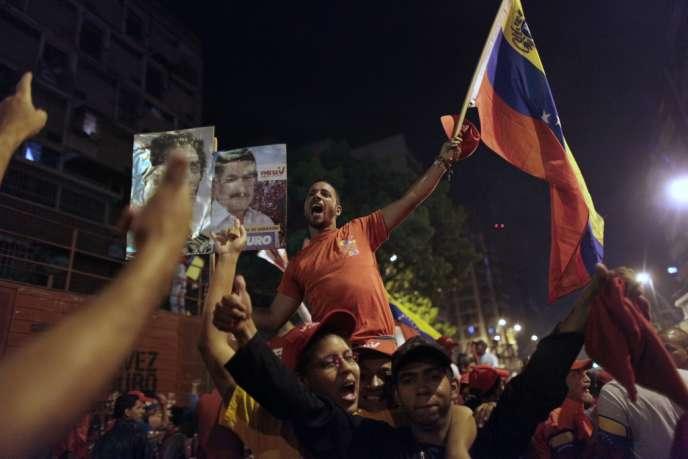 Les partisans de Nicolas Maduro célèbrent la victoire du dauphin d'Hugo Chavez à la présidence vénézuélienne, le 15 avril, à Caracas.