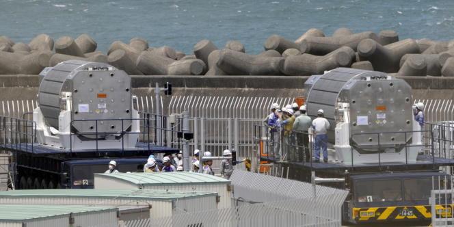 Vérification d'un convoi de MOX arrivé dans le port de Omaezaki en mars 2009.