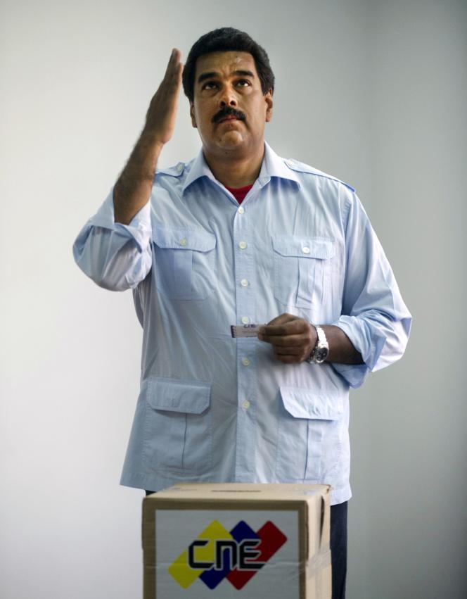Le vice-président vénézuélien Nicolas Maduro, au moment de voter, à Caracas, le 14 avril.