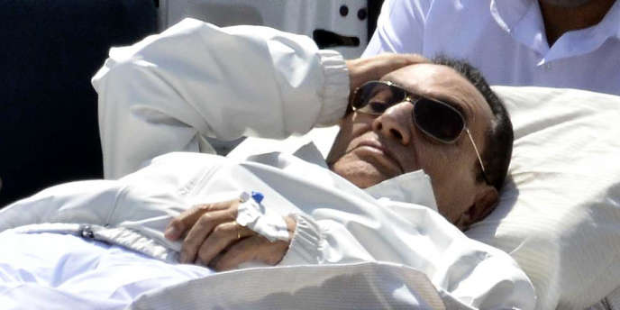 L'ancien président égyptien Hosni Moubarak se rendant sur une civière à son procès en appel au Caire, le 13 avril.