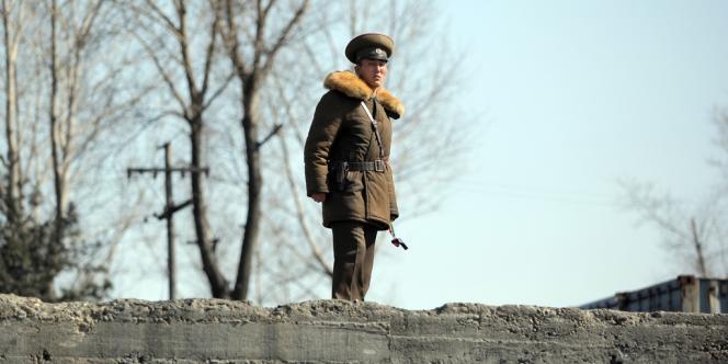 Un soldat nord-coréen patrouille le long de la rivière Yalu, à la frontière chinoise, le 14 avril.