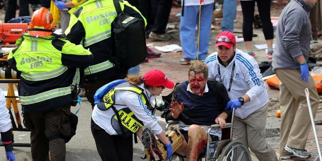 Sur les lieux des explosions au marathon de Boston, lundi.