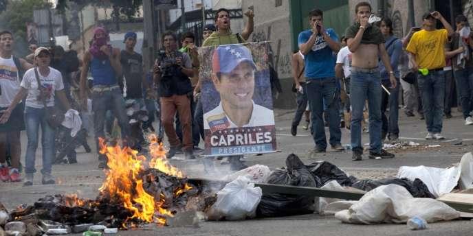 Des partisans d'Henrique Capriles dans les rues de Caracas, lundi.