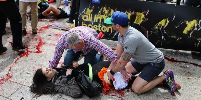 Une jeune femme blessée dans l'attentat près de la ligne d'arrivée du marathon de Boston le lundi 15 avril.