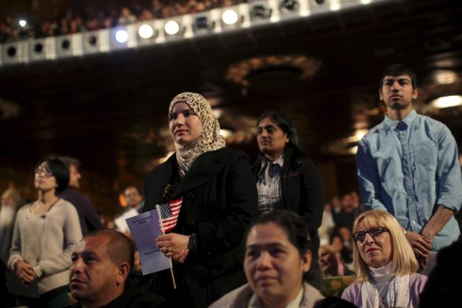 Lors d'une cérémonie de remise de la nationalité américaine à des migrants, le 9 avril, à Oakland en Californie.