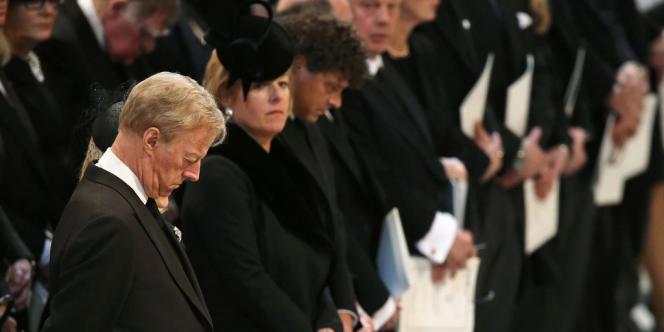 De profil, les deux jumeaux de l'ancienne première ministre, Mark et Carol Thatcher, aux funérailles de leur mère à la cathédrale Saint-Paul de Londres.