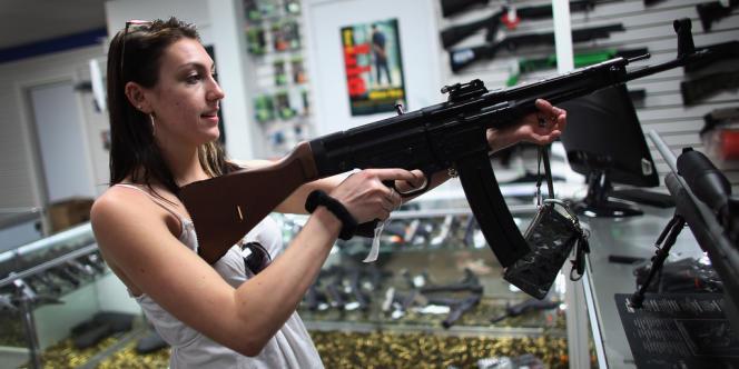 Dans une boutique d'armes en Floride, le 11 avril.