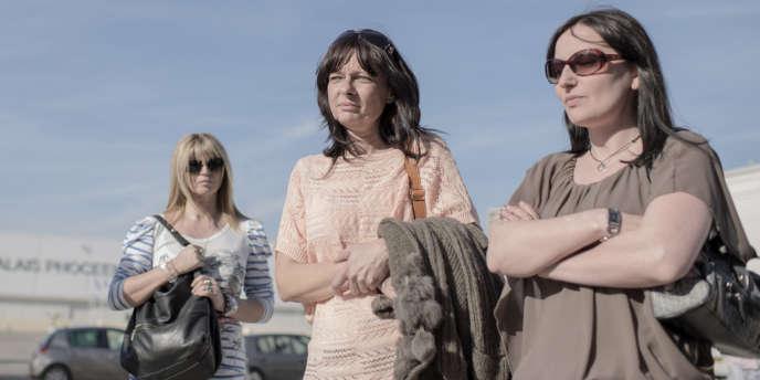 Catherine Bolognesi (au centre), entourée de deux autres plaignantes du procès PIP à Marseille.