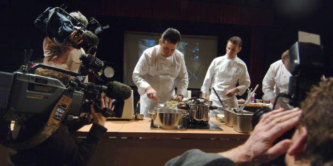 Comme les goûts et les pratiques alimentaires, les ingrédients essentiels au succès de la gastronomie à la télévision ont évolué, passant de la pédagogie à la télé-réalité.