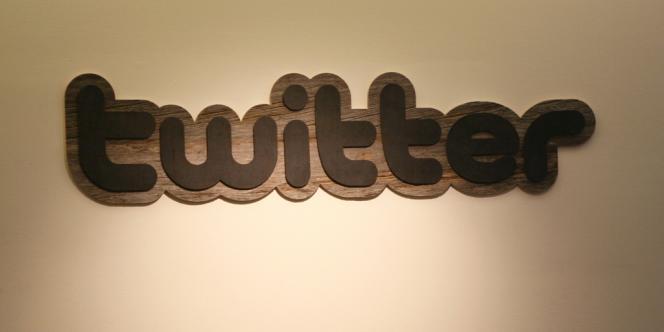Le logo de Twitter sur l'entrée de son siège à San Francisco.