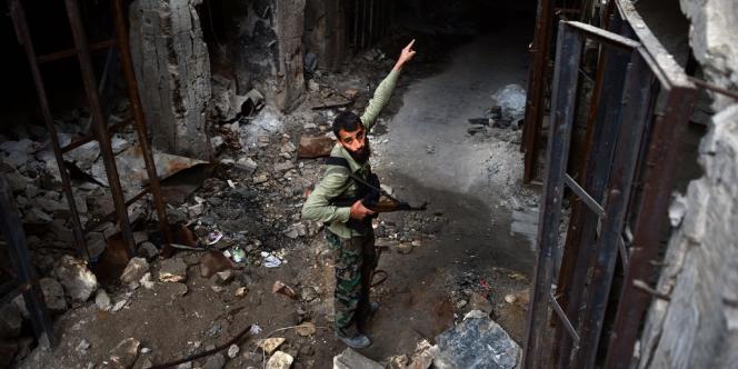Un rebelle syrien dans les ruines d'Alep, le 16 avril.