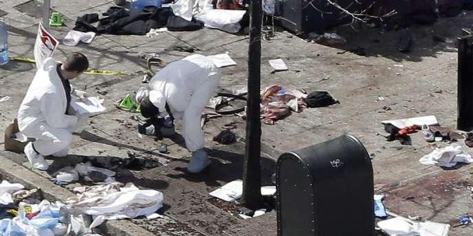 Les enquêteurs sur les lieux de l'explosion de la seconde bombe à Boston, le 16 avril.
