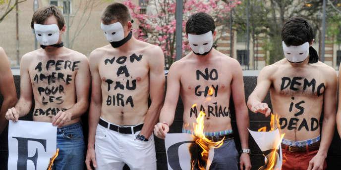 Des membres du groupe anti-mariage homosexuel Hommen manifestent à Toulouse le 18 avril.