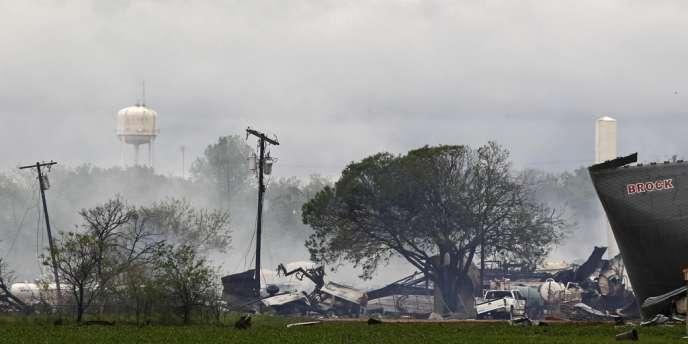 Les restes de l'usine d'engrais qui a explosé mercredi à West, au Texas.