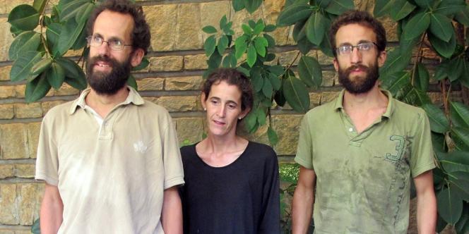 Tanguy Moulin-Fournier (à gauche), sa femme Albane et son frère Cyril, à l'ambassade de Yaoundé (Cameroun) après leur libération.