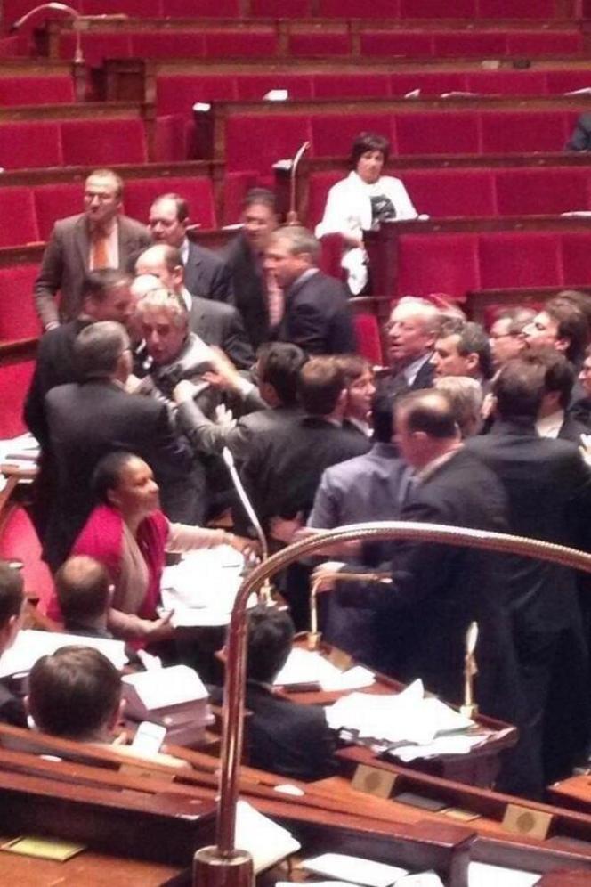 Photo circulant sur Twitter montrant l'altercation entre députés, jeudi 18 avril.
