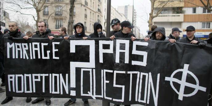 Membres de l'extrême droite radicale lors d'une manifestation contre le mariage pour tous à Paris, le 13 janvier.