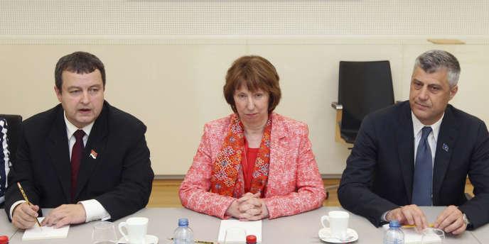 Les premiers ministres serbe et kosovar Ivica Dacic et Hashim Thaçi paraphent à Bruxelles leur accord sous l'égide de Catherine Ashton, la chef de la diplomatie européenne.