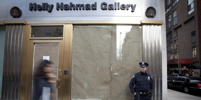 Un policier en faction devant la galerie d'Helly Nahmad à New York, le 16 avril 2013.