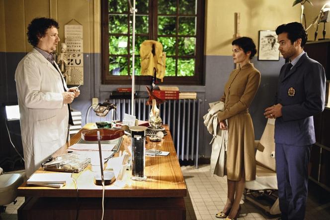 Parce qu'un nénuphar grandit dans son poumon, Chloé (Audrey Tautou) et son époux Colin (Romain Duris) consultent le docteur Mangemanche (Michel Gondry).