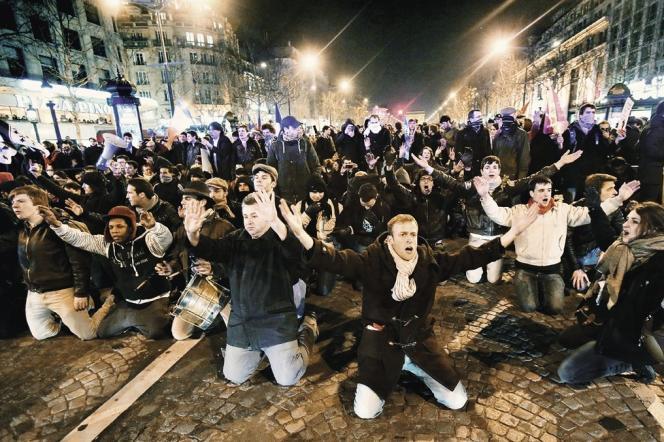 Manifestation des opposants à la loi sur le mariage pour tous sur les Champs Elysées le 24 mars.