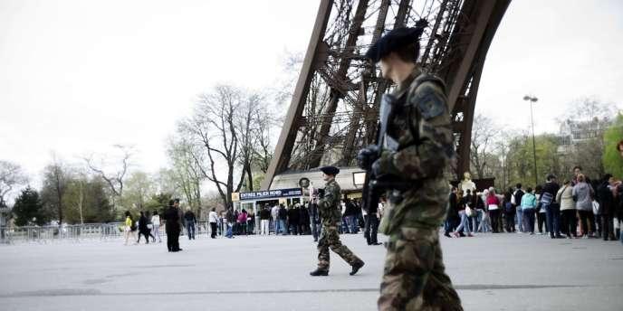 Patrouille de soldats français aux pieds de la tour Eiffel, au lendemain de l'attentat de Boston qui a fait trois morts sur la ligne d'arrivée du marathon.